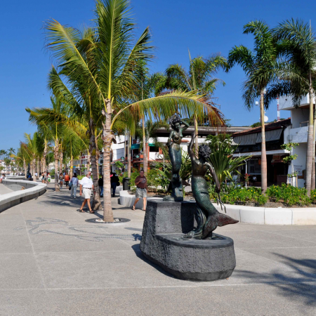 """Art World, Mexico has one of the most extensive and important art histories in the world and Puerto Vallarta & Riviera Nayarit has some of the best Art Galleries. Enjoy our well-known Art Walk one of the most popular annual events in Puerto Vallarta from October through May as well as local performers along the """"Malecon""""."""
