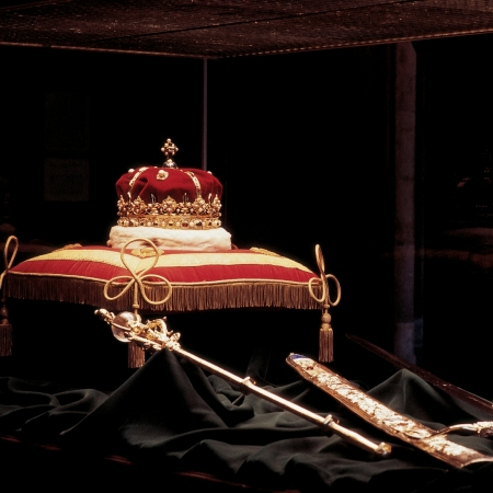 Exclusive private visits to iconic historic venues like Edinburgh Castle