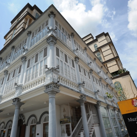 Discover the influence of the Chinese and Indian communities and the rule of the Brooke family while exploring Kuching's iconic landmarks.
